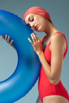 Młoda kobieta z czerwonym kostiumem kąpielowym