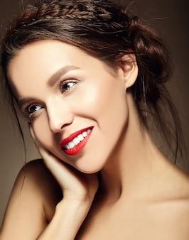 Młoda kobieta z czerwonymi ustami i falistą fryzurą