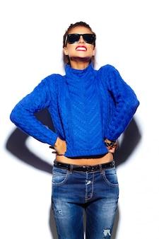 Młoda kobieta z czerwonymi ustami i niebieski sweter w okulary przeciwsłoneczne
