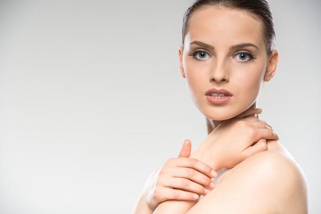 Młoda kobieta z czystą świeżą skórą