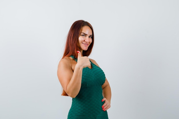 Młoda kobieta z długimi włosami pokazująca kciuk w górę
