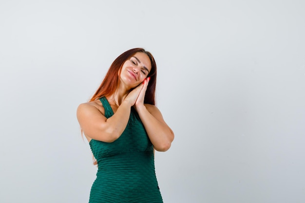Młoda Kobieta Z Długimi Włosami Udaje, że śpi Darmowe Zdjęcia