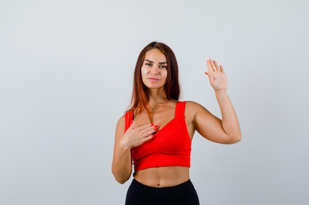 Młoda kobieta z długimi włosami w pomarańczowym podkoszulku