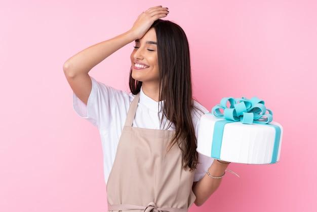 Młoda kobieta z dużym ciastem zdała sobie sprawę i zamierza rozwiązać problem