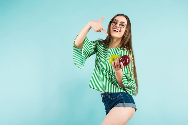 Młoda kobieta z dwoma jabłkami