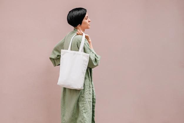 Młoda kobieta z eko torba korzystających rano. koncepcja przyjazna dla środowiska.