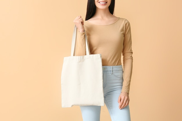 Młoda kobieta z eko torbą