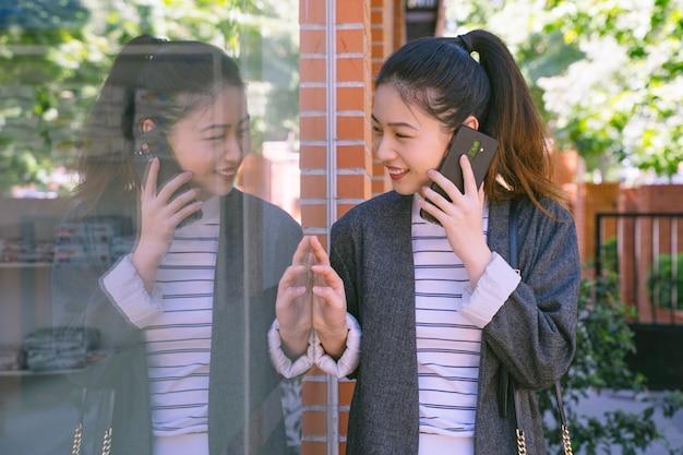 Młoda kobieta z entuzjazmem robi zakupy i szuka nowych sklepów.