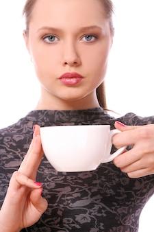 Młoda kobieta z filiżanką gorącej kawy