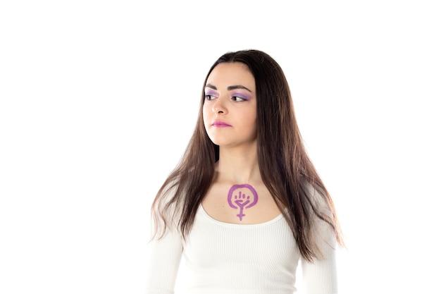 Młoda kobieta z fioletowym makijażem i koncepcją aktywizmu feministycznego rysującą się na jej ciele na białym tle