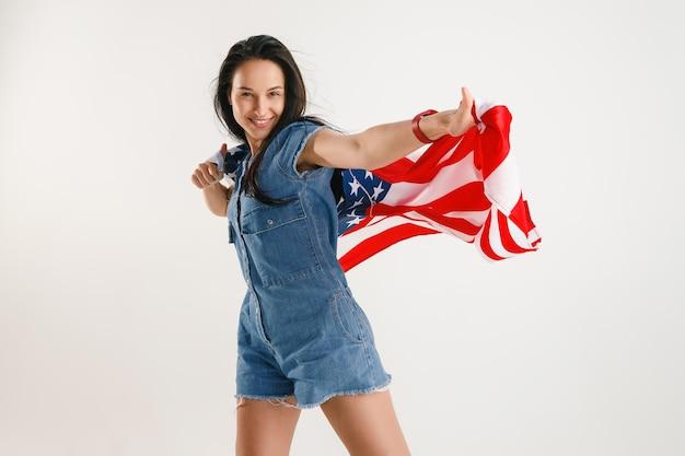 Młoda kobieta z flagą stanów zjednoczonych ameryki