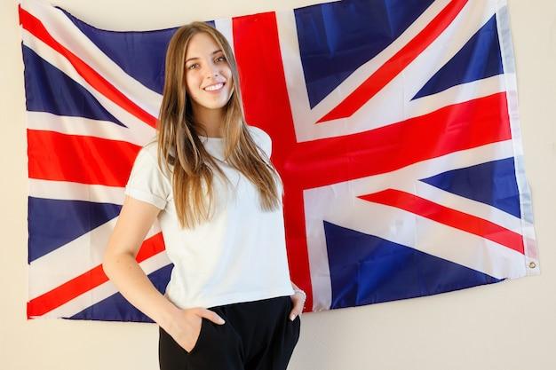 Młoda kobieta z flagami wielkiej brytanii.