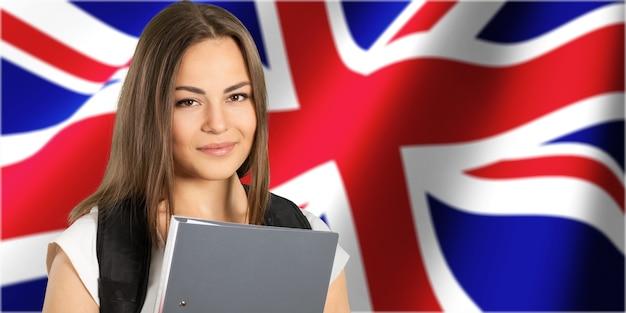 Młoda kobieta z folderem na tle flagi brytyjskiej
