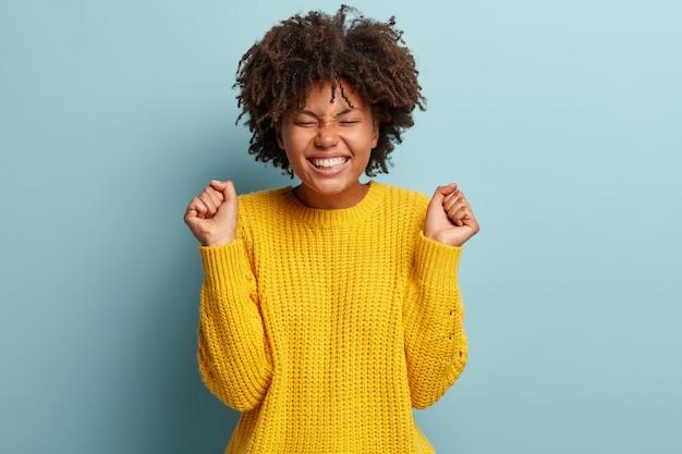 Młoda kobieta z fryzurą afro na sobie sweter