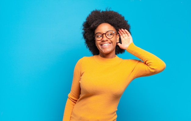 Młoda kobieta z fryzurą afro