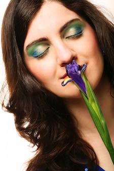 Młoda kobieta z gerber kwiat