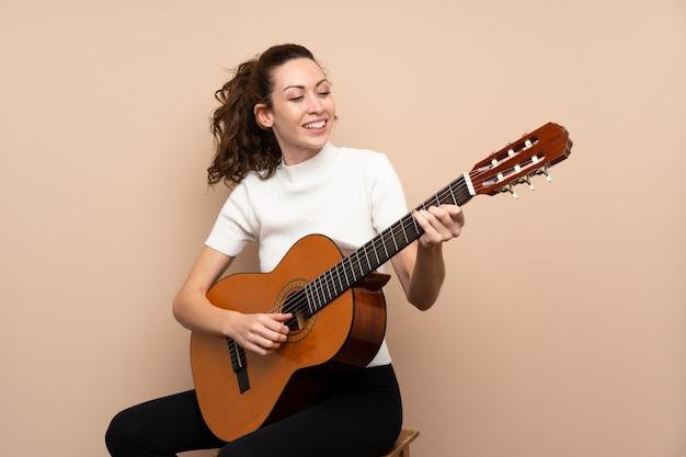 Młoda kobieta z gitarą