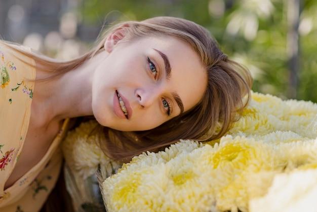 Młoda kobieta z głową na kwiaty