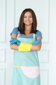 Młoda kobieta z gumowymi rękawiczkami, gotowe do czyszczenia