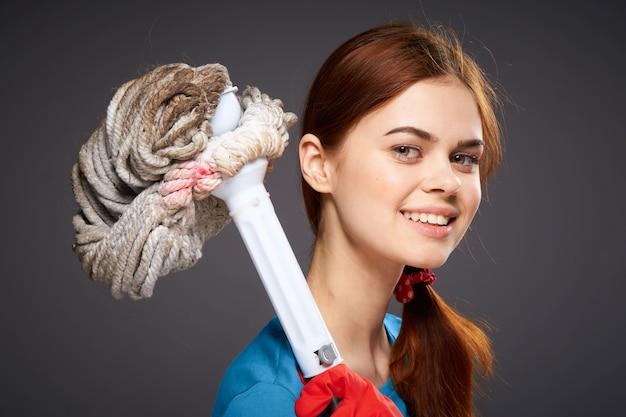 Młoda kobieta z gumowymi rękawiczkami