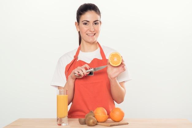 Młoda kobieta z izolowanymi owocami