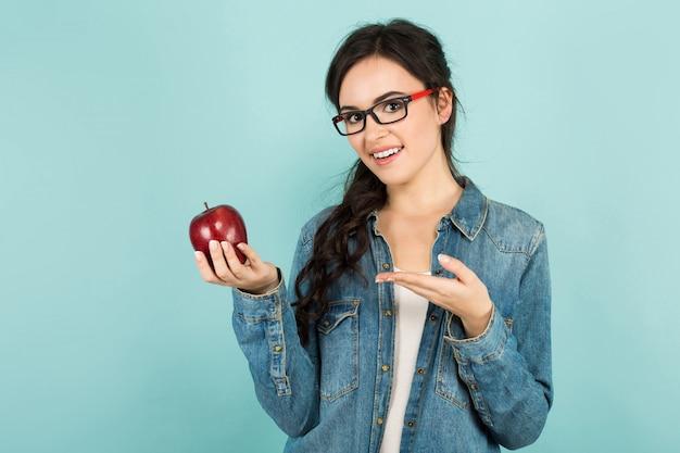 Młoda kobieta z jabłkiem