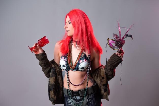 Młoda kobieta z jasnoróżowymi włosami w kostiumie mardi gras