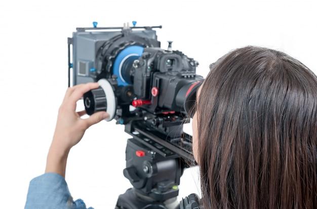 Młoda kobieta z kamerą dslr