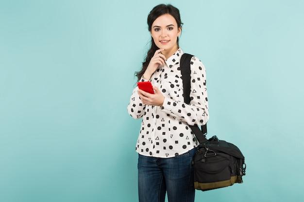 Młoda kobieta z kamerą i jego skrzynką