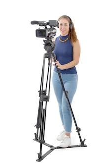Młoda kobieta z kamerą wideo na bielu