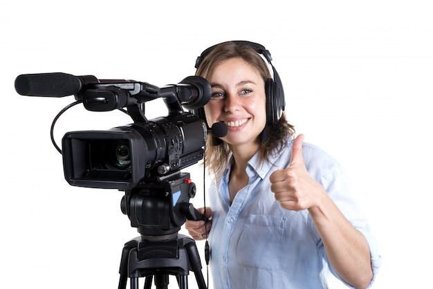 Młoda kobieta z kamerą wideo