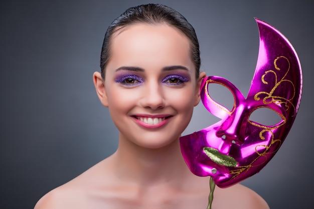 Młoda kobieta z karnawał maską