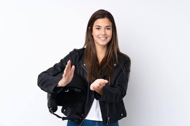 Młoda kobieta z kaskiem motocykla na pojedyncze białe oklaskiwanie