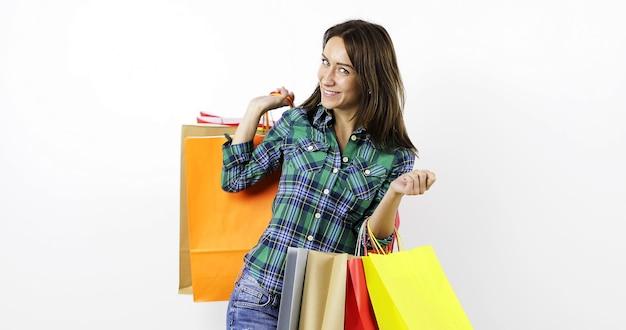 Młoda kobieta z kolorowymi torbami na zakupy