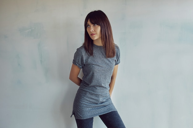 Młoda kobieta z koszula na ścianie
