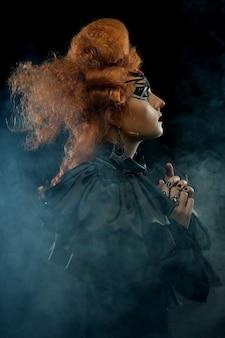 Młoda kobieta z kreatywną fryzurą i makijażem. motyw halloween.