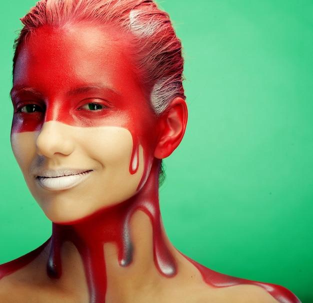 Młoda kobieta z kreatywną sztuką twarzy