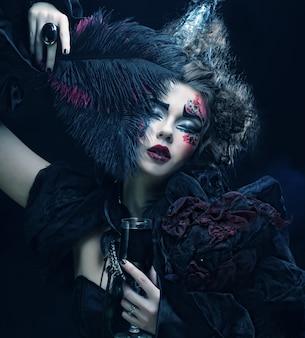 Młoda kobieta z kreatywnych makijaż.