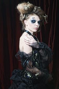 Młoda kobieta z kreatywnym makijażem. motyw halloween.