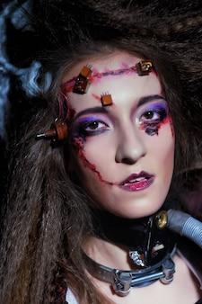 Młoda kobieta z kreatywnym makijażem. zamknij motyw up.halloween. motyw zombie.