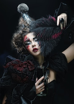Młoda kobieta z kreatywnym makijażem,