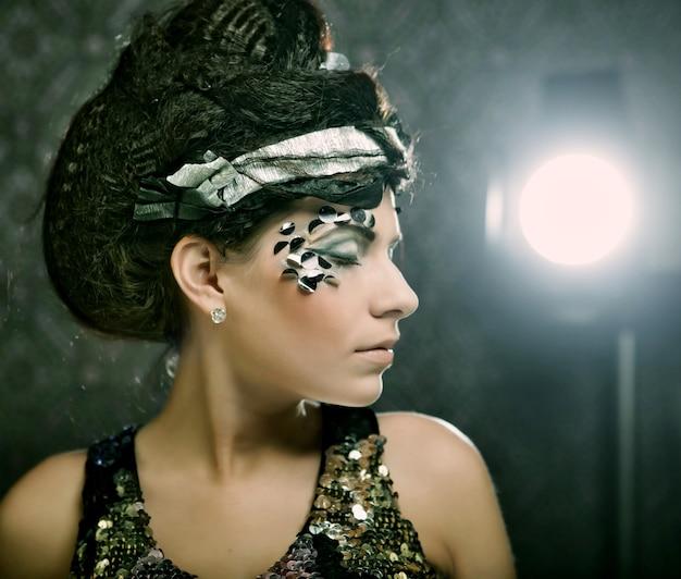 Młoda Kobieta Z Kreatywnym Makijażem Premium Zdjęcia