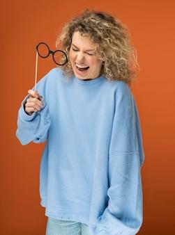 Młoda kobieta z kręconymi blond włosami, uśmiechając się