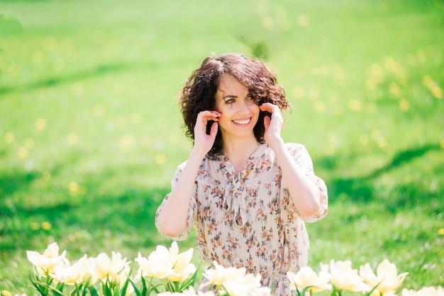 Młoda kobieta z kręconymi włosami w parku