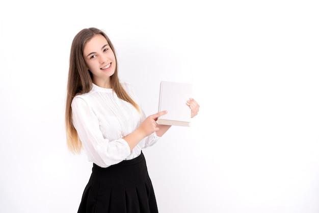Młoda kobieta z książką na białym tle