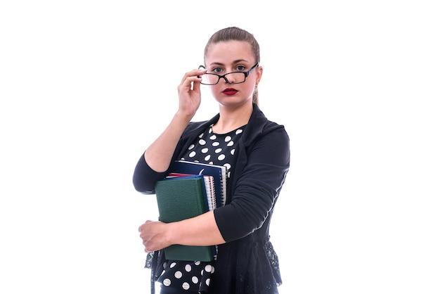Młoda kobieta z książkami i notesami na białym tle