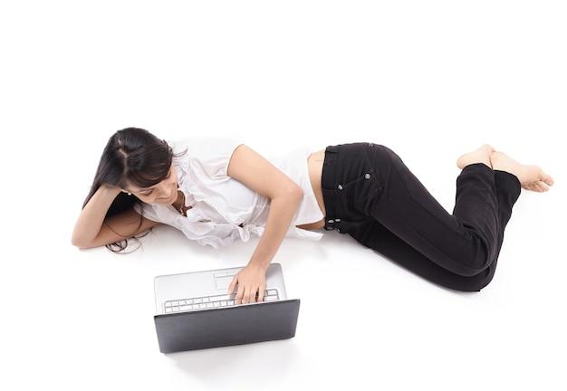 Młoda kobieta z laptopem na podłodze
