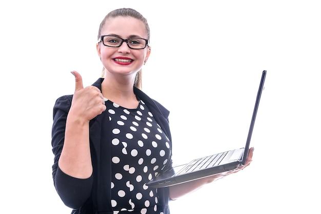 Młoda kobieta z laptopem pozować odizolowywam na białym tle. ona ma okulary
