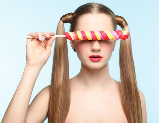 Młoda kobieta z lollipop