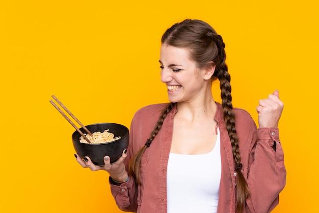 Młoda kobieta z makaronem